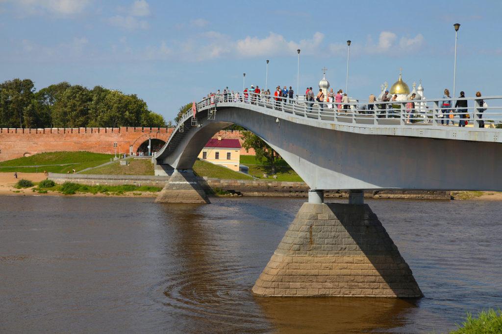 Знаменитый пешеходный мост через реку Волхов